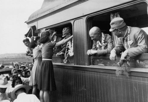 Филиппики вручают цветы японским офицерам. Манила, 1942 г.