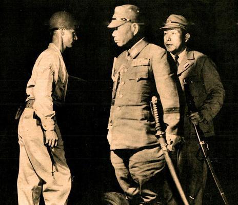 Японские офицеры при сдаче военной базы Куре в Японии. Август 1945 г.