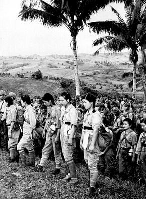 Японские медсестры и солдаты, сдавшиеся в плен, незадолго до капитуляции Японии в 1945 году.