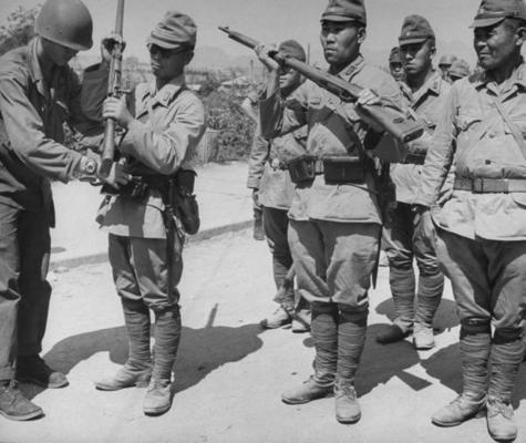 Американские солдаты принимают оружие от японских солдат. Корея, 1945 г.
