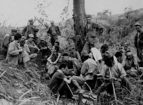 Американцы охраняют японских военнопленных на острове Лусон. 1945 г.