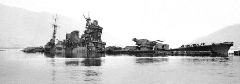 Японский тяжелый крейсер «Тонэ», затонувший в бухте Хиросима к западу от Курэ. Июль 1945 г.