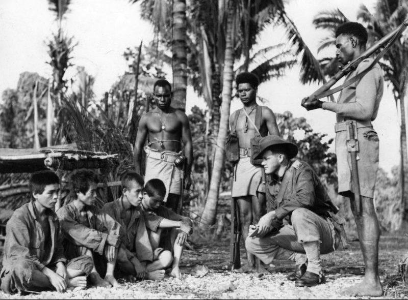 Австралийский военнослужащий допрашивает пленных японских солдат. Новая Гвинея, июль 1945 г.