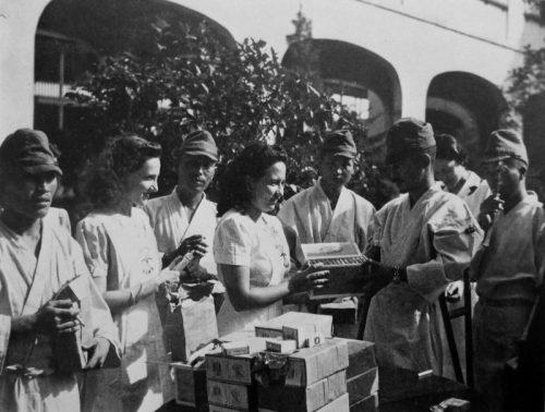 Раненые японские солдаты получают подарки в госпитале. Манила 1942 г.
