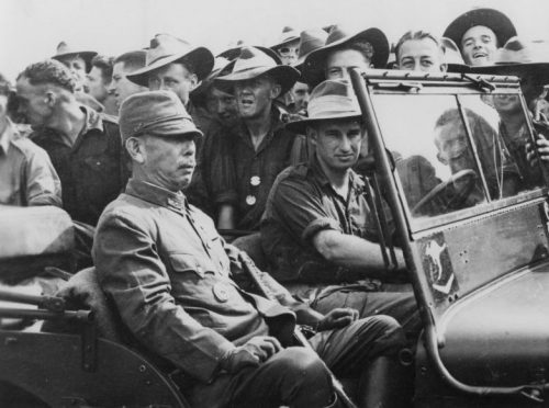 Австралийские солдаты с японским генералом во время капитуляции японских войск на Новой Гвинее. 1945 г.