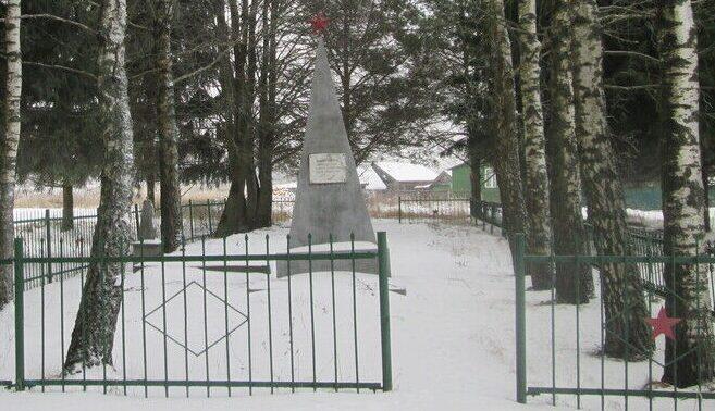 г. Ельня. Братская могила советских граждан у городской больницы, казненных гитлеровцами в 1942 году.