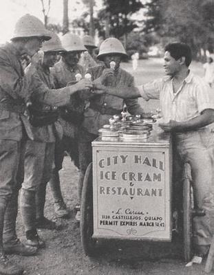 Филиппинец угощает мороженым японских солдат. Манила, 1942 г.
