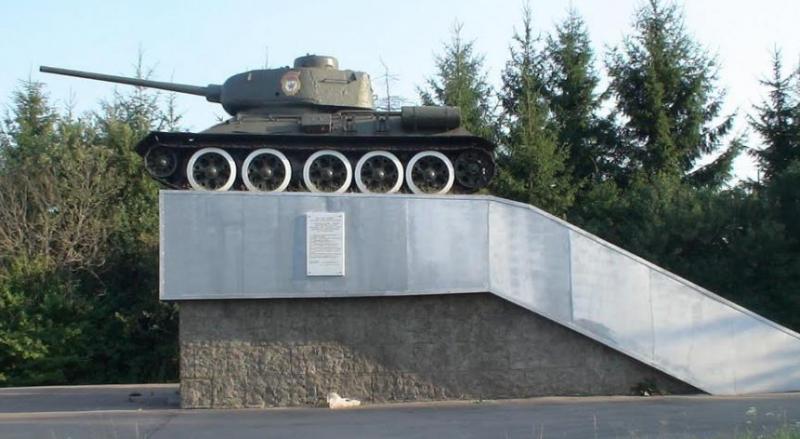 г. Ельня. Памятник-танк Т-34 освободителям города, установленный в 1977 году.