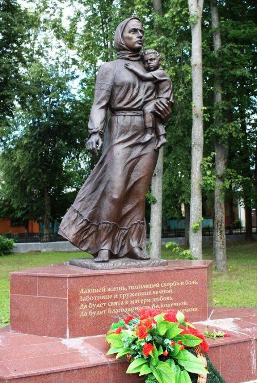 г. Ельня. Памятник российским матерям, установленный в 2015 году.