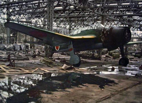 Брошенный бомбардировщик «Aichi Dive». Август 1945 г.