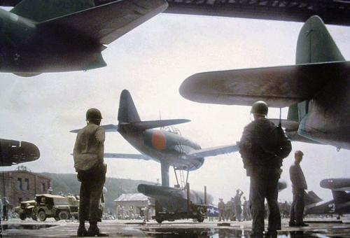 Американцы осматривают захваченные самолеты. Август 1945 г.