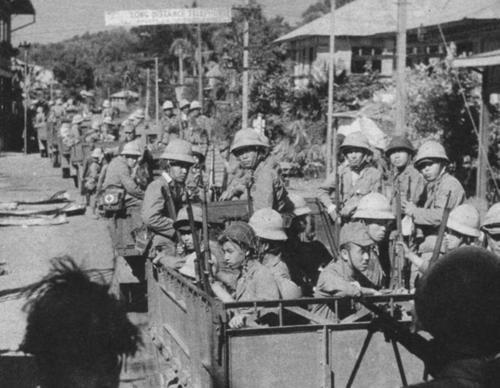 Японские солдаты на грузовиках. Филиппины 1942 г.