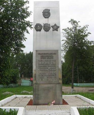 г. Ельня. Памятный знак, установленный у железнодорожного вокзала в 1982 году в честь воинов 6 гвардейской стрелковой дивизии, участвовавшей осенью 1941 года в освобождении города Ельни. Памятник установлен на месте блиндажа командира дивизии.