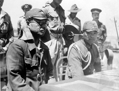 Офицеры танкового полка японской армии сдаются союзникам. Тимор, август 1945 г.