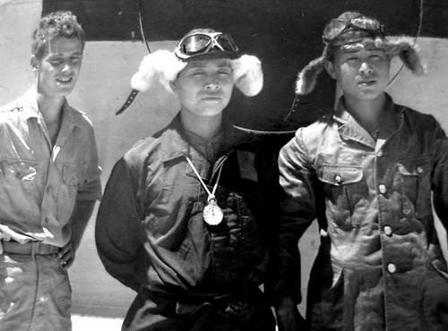 Американский солдат позирует с летчиками японского флота после капитуляции Японии. 1945 г.