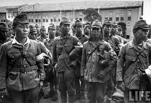 Разоруженные японские солдаты после капитуляции Японии. Август 1945 г.