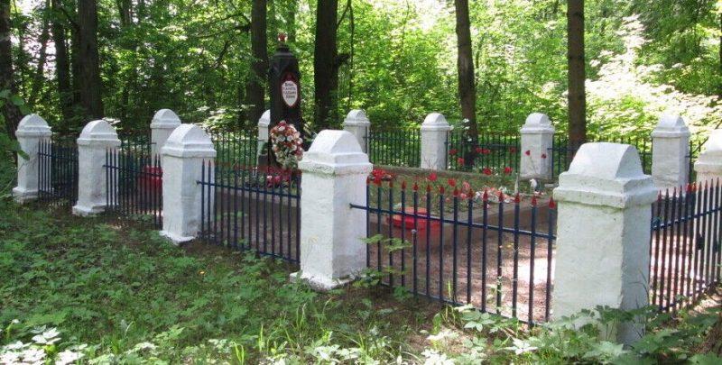 с. Коробец Ельнинского р-на. Братская могила, в которой похоронено 300 советских воинов, погибших в годы войны.