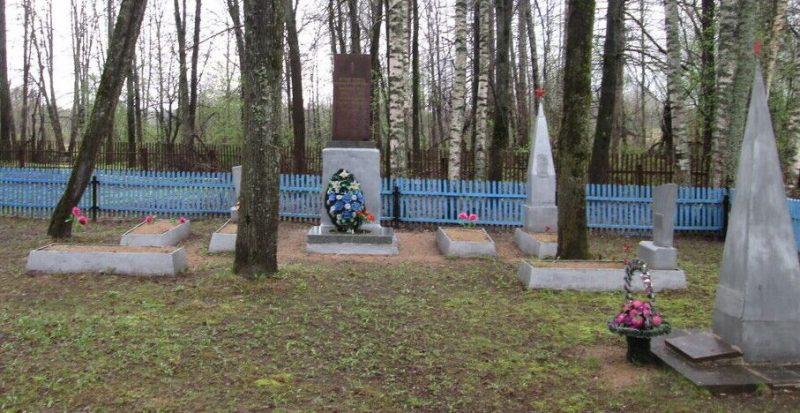 д. Мутище Ельнинского р-на. Братская могила партизан полка имени Сергея Лазо.