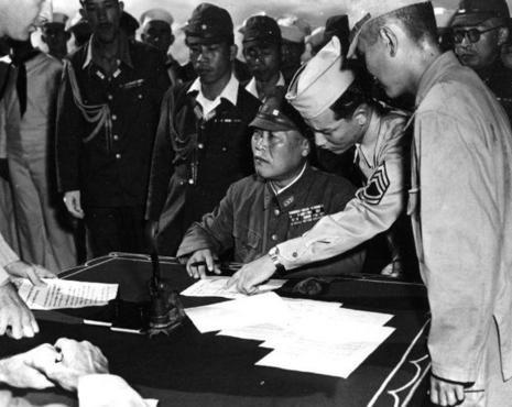 Генерал-лейтенант Йошио Тачибана подписывает документы о капитуляции островов Бонин. 3 сентября 1945 г.