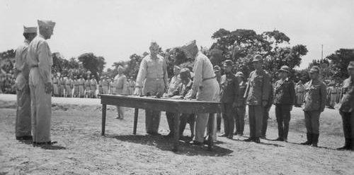 Представители Японии и США на Окинаве. 7 сентября 1945 г.