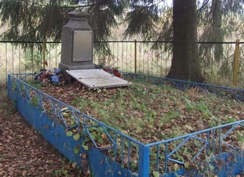 д. Уварово урочище Перятино, Ельнинского р-на. Братская могила 22 советских граждан, расстрелянных оккупантами в 1942 году.
