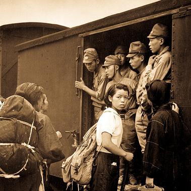 Демобилизованные японские солдаты на станции Хиросима по дороге домой. 1945 г.