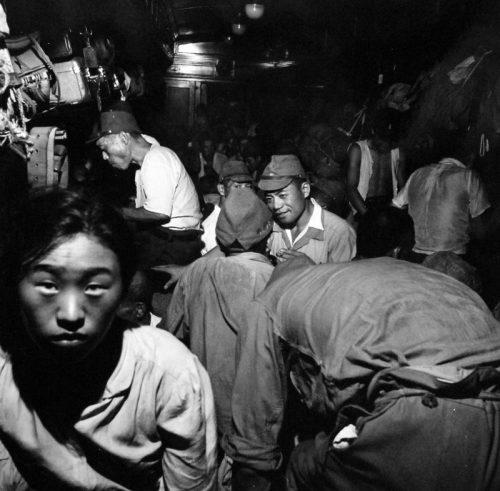 Демобилизованные японские солдаты в вагоне поезда в Хиросиме на пути домой. Сентябрь 1945 г.