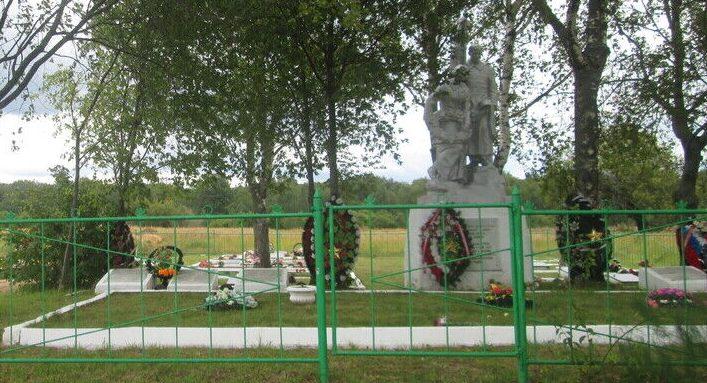 д. Ушаково Ельнинского р-на. Памятник, установленный на братской могиле, в которой похоронено 980 советских воинов и партизан, погибших в годы войны.