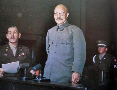 Генерал Хидеки Тодзё, премьер-министр Японии военного времени, на суде перед Международным военным трибуналом по Дальнему Востоку. Токио, 1947 г.