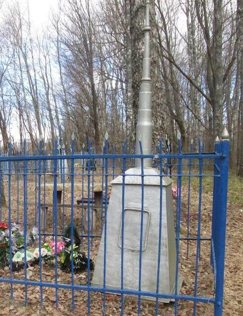 д. Петраково Ершичского р-на. Братская могила , в которой похоронено 200 советских граждан, расстрелянных оккупантами за связь с партизанами.