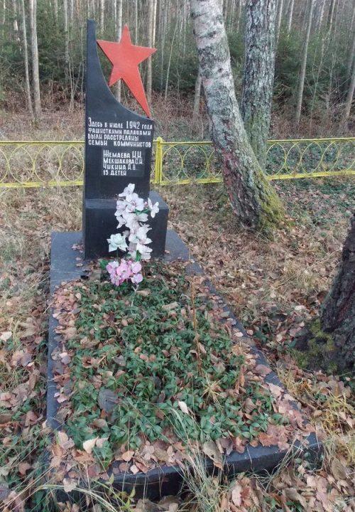 д. Рудня Ершичского р-на. Могила расстрелянных фашистами членов семей коммунистов района.