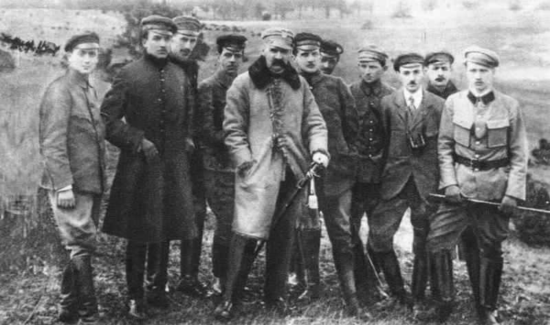 Ю. Пилсудский с членами Польской организации войсковой.