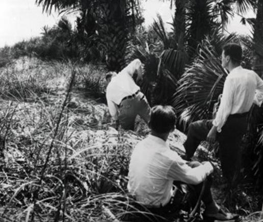 Агенты ФБР выкапывают груз диверсантов на пляже Понте-Ведра.