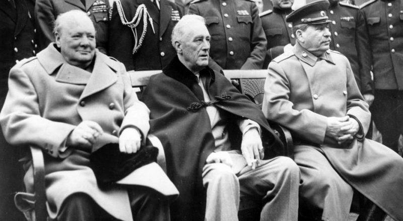 Уинстон Черчилль, Франклин Рузвельт и Иосиф Сталин на Ялтинской конференции.