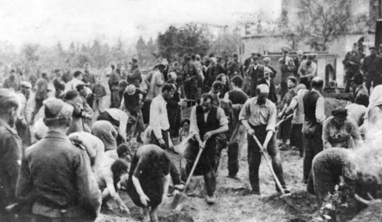 Евреи копают могилы. г. Зборов Тернопольской области, 4 июля 1941 г.
