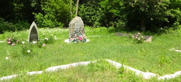 г. Гадяч. Памятники у Гончарного Яра на месте расстрела более трех сотен человек, половина из которых была евреями.