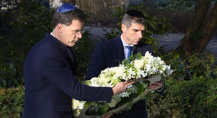 Премьер-министр Нидерландов Марк Рютте (слева) и статс-секретарь в министерстве здравоохранения Паул Блокхёйс возлагают венок к национальному мемориалу Холокоста в Амстердаме.