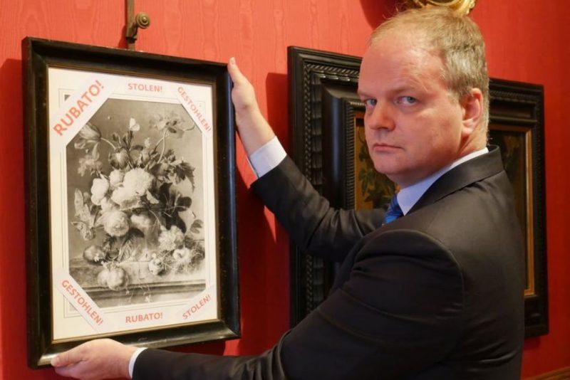 Эйке Шмидт, директор галереи Уффици, призывает к возвращению картины в Италию. На фотографии картины надписи на разных языках мира – «Украдено».