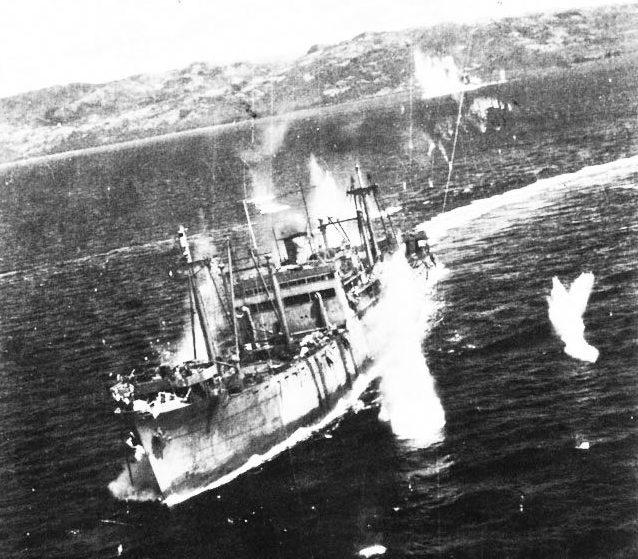 Американские бомбардировщики атакуют японский транспорт.