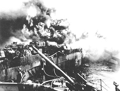 Американский десантный корабль, пораженный камикадзе.