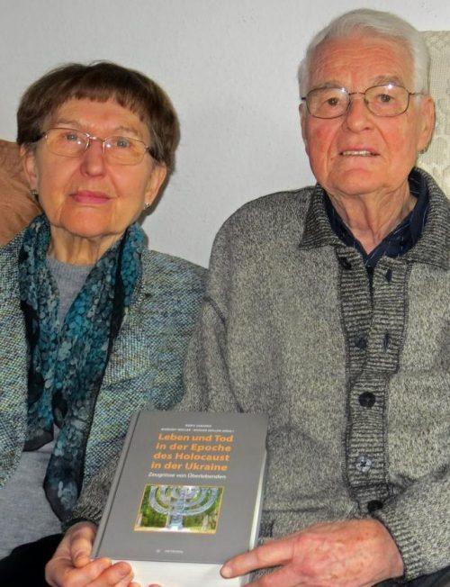 Маргрет и Вернер Мюллер со своей книгой.
