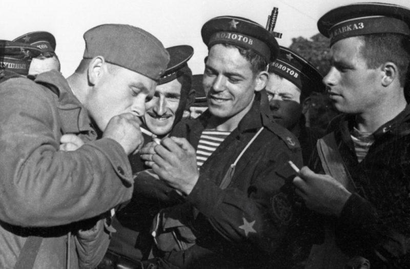 Бойцы курят во время обороны Одессы.