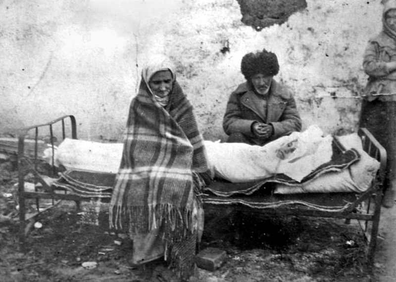 Ингушская семья Газдиевых у тела умершей дочери. Казахстан, 1944 г.