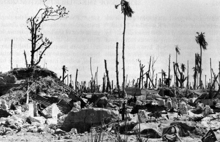 Остров Намур атолла Кваджалейн после бомбардировки.