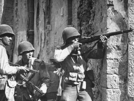 Американские солдаты в городе.