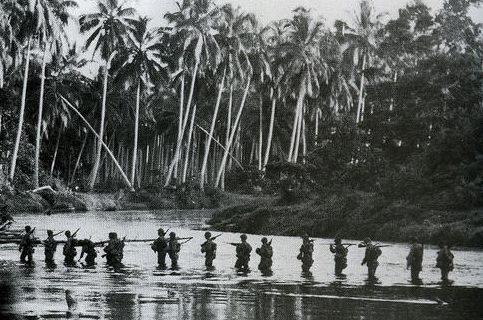 Морской патруль пересекает реку Матаникау на Гуадалканале. Сентябрь 1942 г.