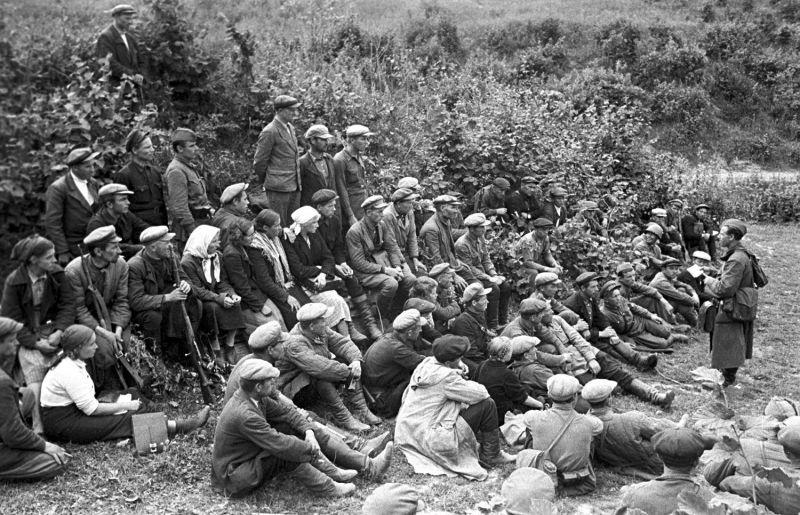 Отряд слушает командира перед принятием присяги. Смоленская область, август 1941 г.