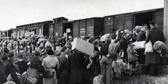 Погрузка депортированных в вагоны.