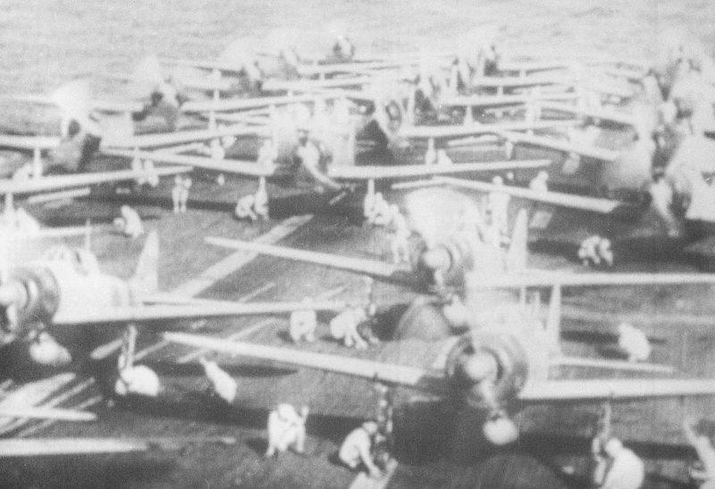 Японские самолеты на взлетной палубе авианосца «Акаги».