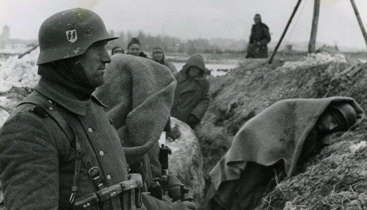 Немецкие войска в обороне на Нарвском плацдарме.